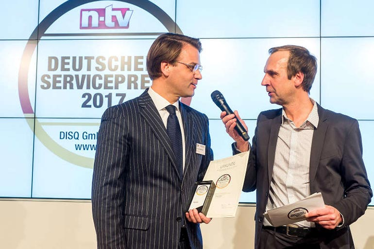 Christian Mühlhäuser, Geschäftsführer der Pneumobil GmbH, nimmt die Auszeichnung Deutscher Servicepreis 2017 entgegen.